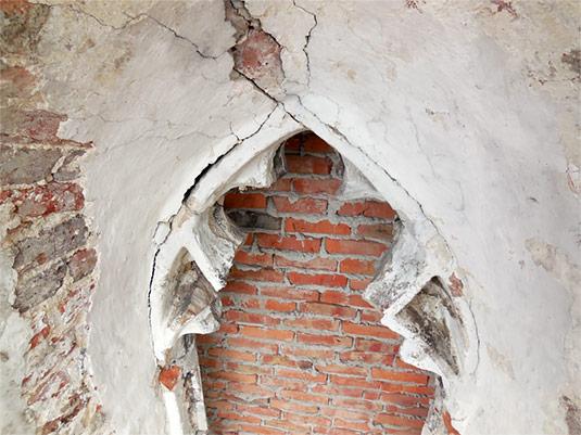 Resztki maswerku okiennego w nawie bocznej prezbiterium (od str. parku)