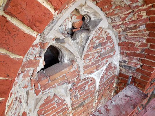 Maswerk w zamurowanym oknie we wschodniej ścianie prezbiterium